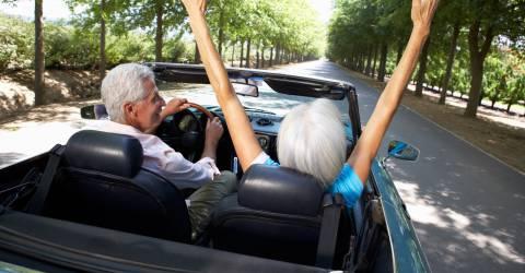 Senior stel in een cabrio