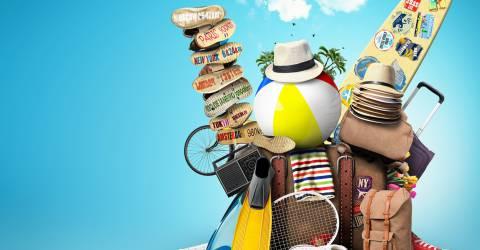 vakantiebenodigdheden, koffer, surfplank, bal, hoed, schoenen, tas, flippers, tennis racket, handdoek, fiets