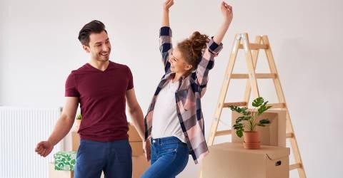 Vrolijke paar plezier in hun nieuwe appartement, hypotheek, overdrachtsbelasting, eerste huis, jong volwassenen